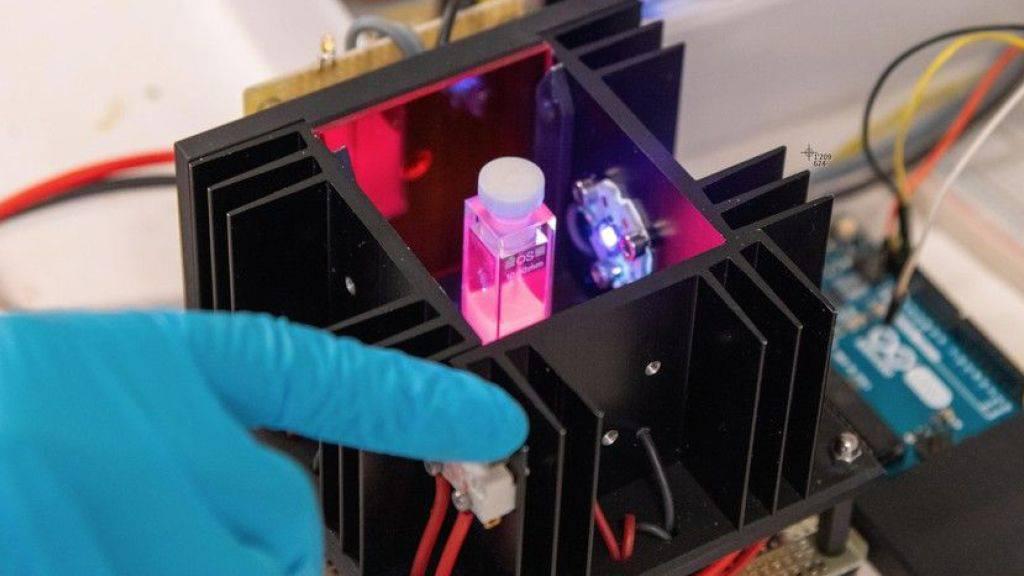 Der Prototyp des Geräts «SION-105» misst die Fluoridkonzentration einer Wasserprobe über einen Farbwechsel.