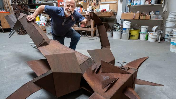 Pierre Bannholzer mit seinem Teufel im Hägendörfer Atelier. Die Figur habe sich eigentlich ganz gut gehalten in all den Jahren, sagt er.