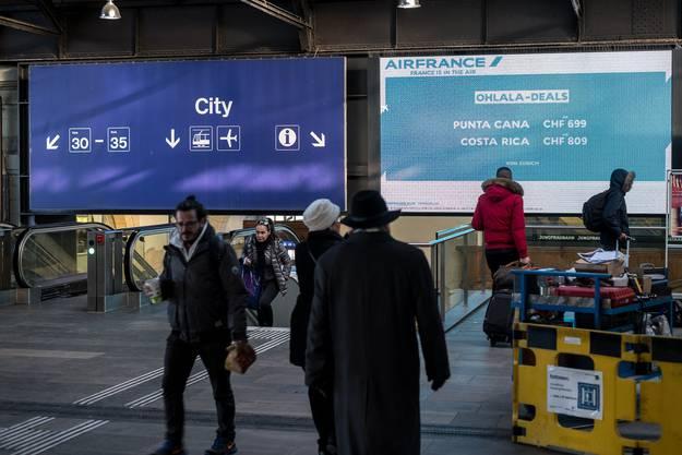 Elektronische Werbetafel in der Passarelle des Bahnhof SBB Basel über den Rolltreppen. Sie wird ersetzt.