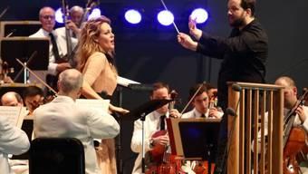 Die Sopranistin Kristine Opolais (M, stehend) und der Dirigent Andris Nelsons (r, stehend) gehen künftig privat getrennte Wege. Künstlerisch und bei der Kindererziehung wollen sie aber weiterhin zusammenspannen. (Twitter)