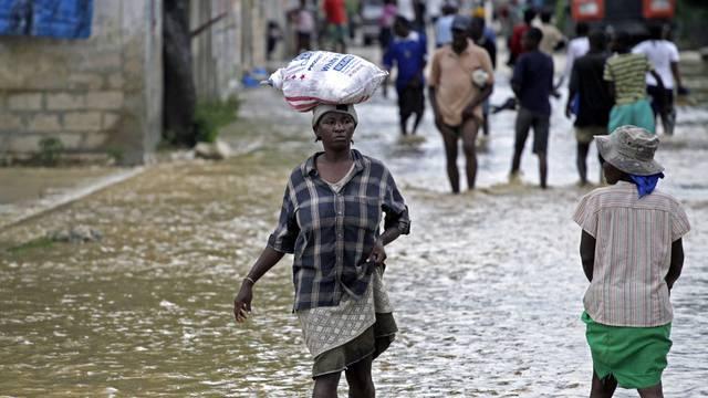 Beschwerlicher Gang durch überflutete Strassen in La Plaine, Haiti (Archiv)
