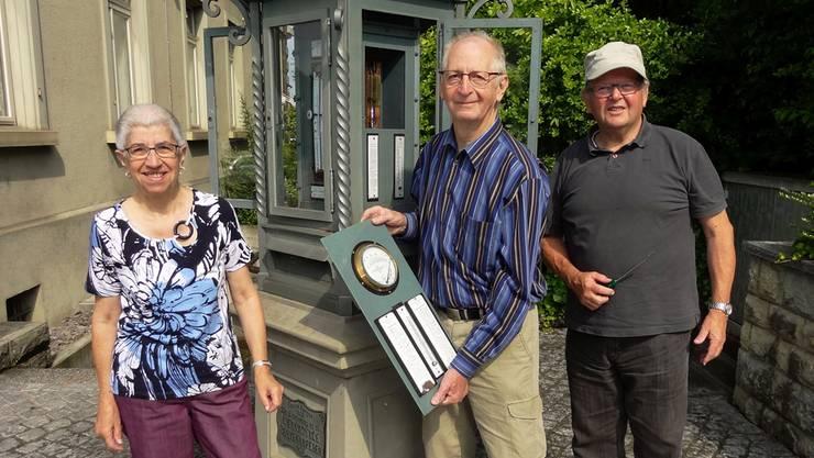 Gertrud und Karl Vögeli vom Meteo-Instrumentenservice in Degersheim, mit ihrem Freund Hansjörg Meile, beim Ausbau der Instrumente aus der Wettersäule. chr