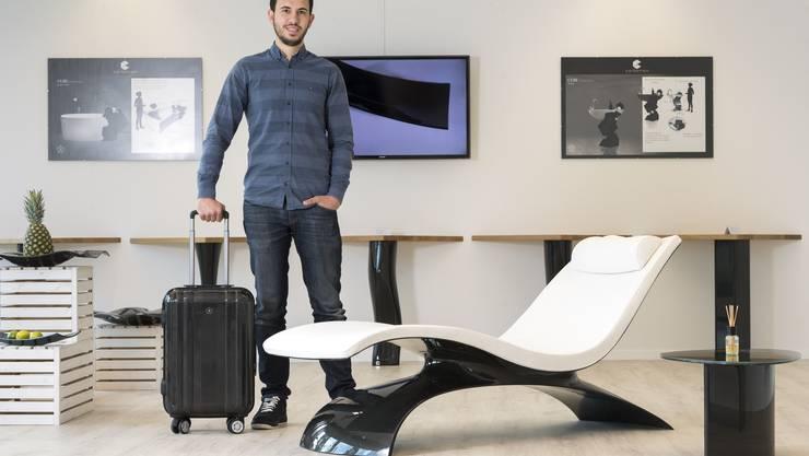 Inhaber Tibor Balazs auf seinem Lieblingsstück. Der Lounge-Sessel aus Carbon kostet knapp 18 000 Franken.