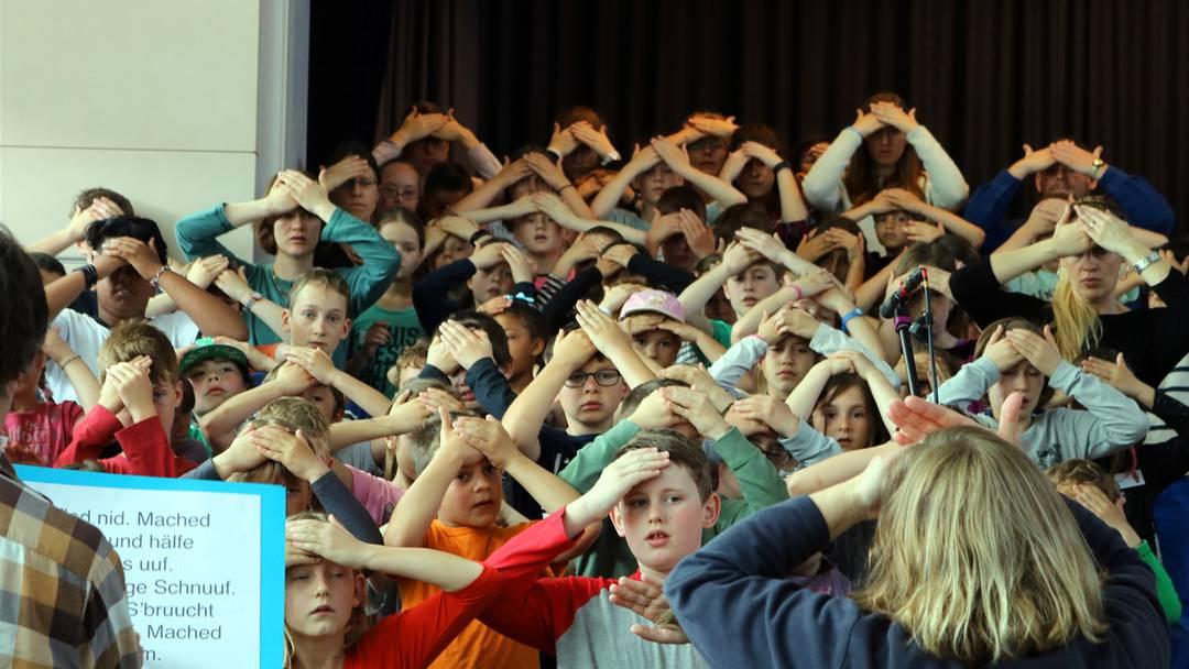 Die Kinder üben für das Musical.