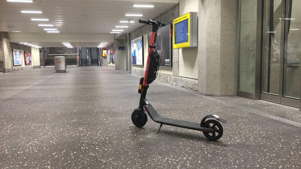 Sehbehinderte fürchten sich vor willkürlich parkierten E-Trottis