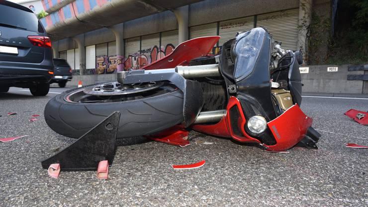 Bei einem Auffahrunfall auf der A2 in Basel hat sich ein Motorradfahrer am Donnerstag Verletzungen zugezogen.