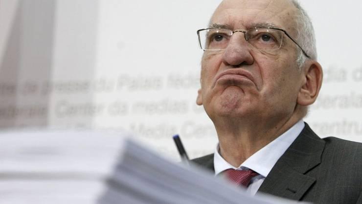 Tag für Tag in der Kritik: Bundesrat Pascal Couchepins letzter Amtsmonat wird zum Spiessrutenlauf.