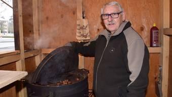 Seine Marroni verkauft André Lang im Häuschen bei der City-Galerie in Brugg. Einfach aus Freude, wie er sagt, denn eigentlich wäre er pensioniert. Zu seiner Tätigkeit kam er durch Zufall. Vor rund achtJahren wurde er für ein Fest angefragt, ob er als Marroniverkäufer zur Verfügung stehe. Da habe es ihm den Ärmel reingezogen. Ob kälter oder wärmer, Marroni – Lang bietet auch Glühwein an – seien bei jeder Witterung gefragt. Ausser vielleicht bei Regen, wenn die Leute vorbeihetzen. Gross sei der Andrang jeweils bei Anlässen wie dem Weihnachtsmarkt oder der Fasnacht. Dann müsse er chrampfen und brauche in einem Tag bis zu 55 Kilogramm Marroni.