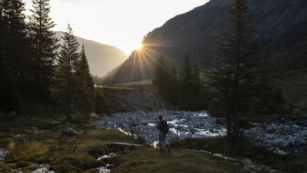 2019 packte die Schweizer Wohnbevölkerung etwas seltener die Urlaubskoffer als im Jahr davor - 3 Mal im Schnitt gegenüber 3,3 Mal 2018. Die Schweiz (Bild: Alp Sardona) war mit 35 Prozent die bevorzugte Destination.