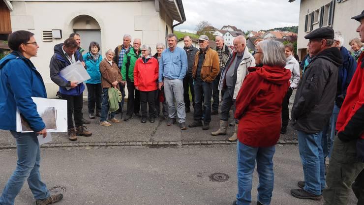 Christine Neff, Geschäftsleiterin Jurapark Aargau, begrüsst die Runde aus gut 50 Interessierten an der Bushaltestelle Oberdorf in Schinznach.