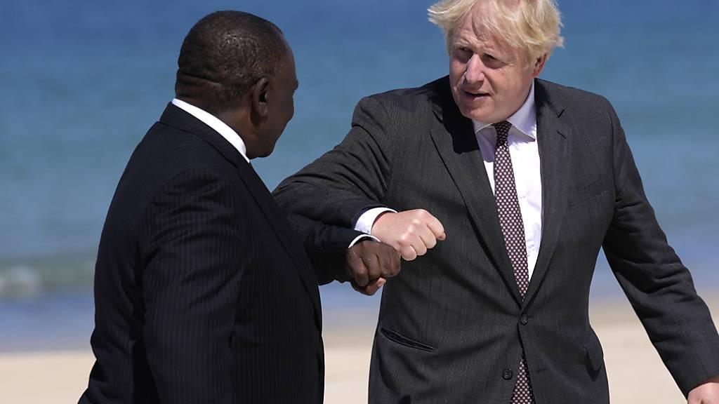 Boris Johnson (r), Premierminister von Großbritannien, begrüßt Cyril Ramaphosa, Präsident von Südafrika, während des G7-Gipfels. Foto: Kirsty Wigglesworth/AP/dpa