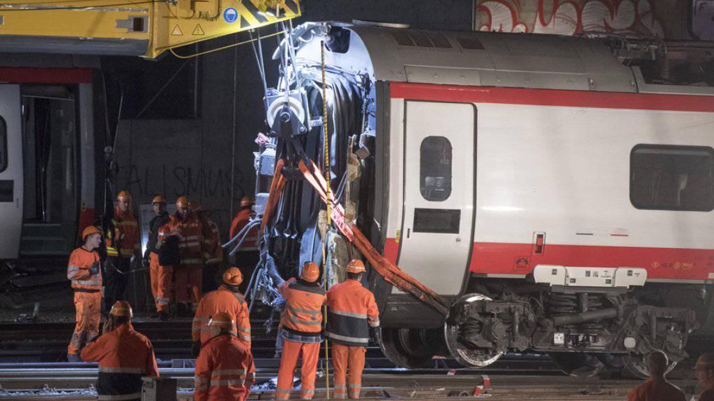 Wegen des am Mittwoch verunfallten Eurocity-Neigezuges ist der Bahnhof Luzern weiterhin gesperrt.