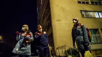 Der Nachbar auf der Strasse - und schon werden die Handys gezückt: Auf den Polizeistationen in Frankreich gehen derzeit hauptsächlich Anrufe von Coronadenunzianten ein.