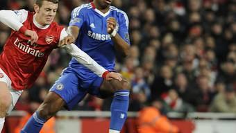 Arsenals Jack Wilshere (l.) versucht an Drogba vorbeizukommen