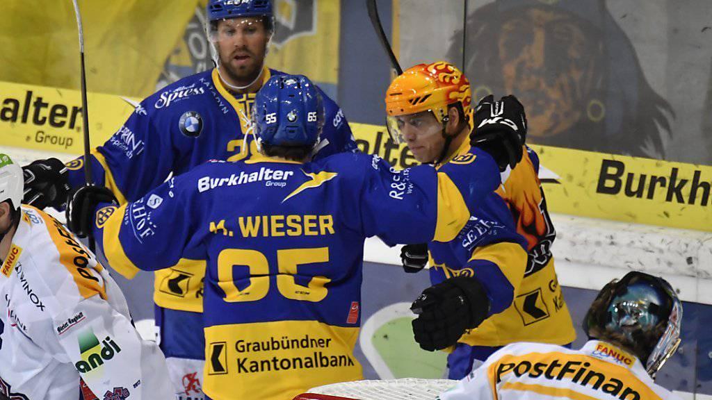 Die Davoser mit Rückkehrer Dick Axelsson (links) feiern einen Treffer