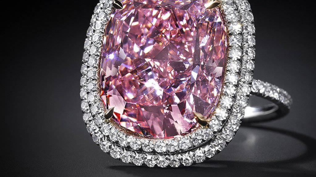 Der sehr seltene rosafarbene Diamant wurde bei einer Auktion in Genf zum Rekordpreis von 26.6 Millionen Euro versteigert.