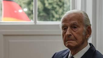 Nun hat er endlich sein Maturazeugnis: Der 98-jährige Holocaust-Überlebende Leon Schwarzbaum, hier vor der Verleihung des deutschen Verdienstkreuzes am 12. Juli in Berlin.