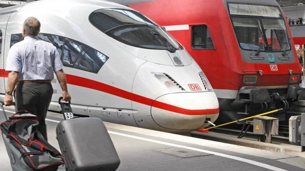 Monatelang hat ein angestelltes Ehepaar mutmasslich Geld aus öffentlichen Toiletten am Münchner Hauptbahnhof geklaut. Nun sind sie in Untersuchungshaft. (Themenbild)