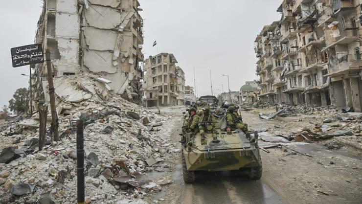 Ein Panzer in einer zerstörten Strasse in der syrischen Stadt Aleppo.