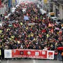 """""""Rührt unsere Renten nicht an"""" steht auf einem Banner, das die Demonstranten in Marseille vor sich hertragen. Tausende Franzosen demonstrieren landesweit erneut gegen die von der Regierung geplante Rentenreform."""