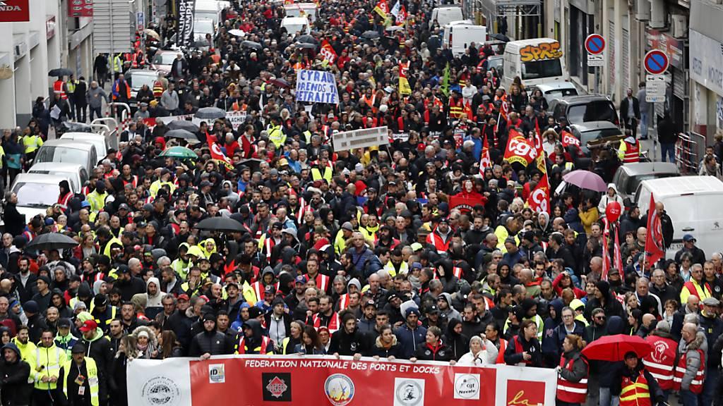 «Rührt unsere Renten nicht an» steht auf einem Banner, das die Demonstranten in Marseille vor sich hertragen. Tausende Franzosen demonstrieren landesweit erneut gegen die von der Regierung geplante Rentenreform.