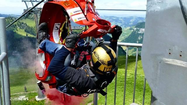 Verrückter Weltrekord: Mit der Vespa die Seilrutsche runter