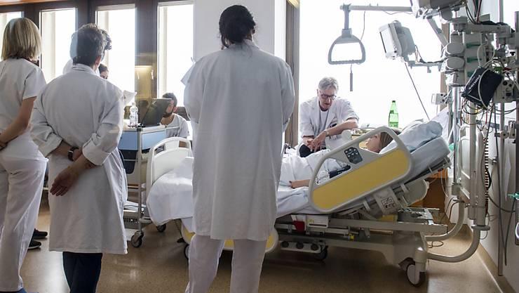 Laut einer Studie des Schweizerischen Gesundheitsobservatoriums kommt bei Patientinnen und Patienten in Schweizer Akutspitälern zum körperlichen Leiden oft auch ein psychisches dazu.
