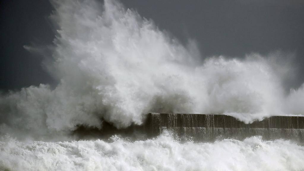Wirbelsturm «Krosa» sorgte im Westen Japans für Überschwemmungen. Mehrere Menschen wurden verletzt.