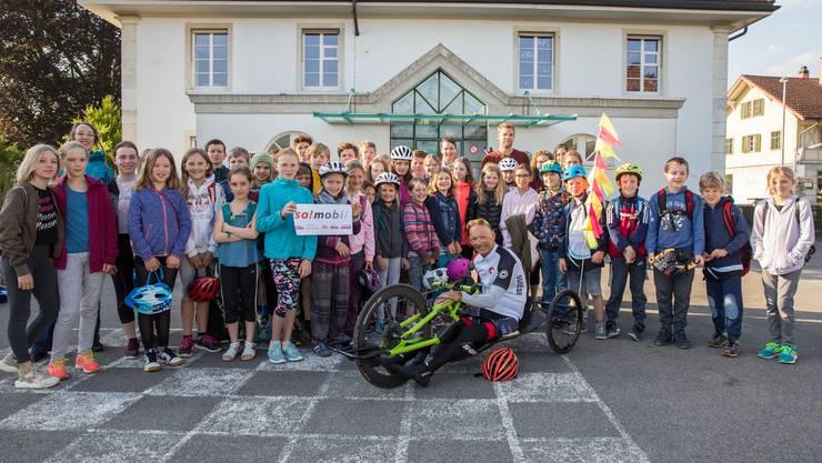 Sportlich zum Sport - die Lüsslinger-Nennigkofer fahren mit dem Velo an den Schulsporttag 2018.