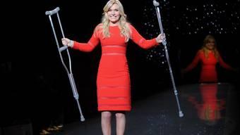 Lindsey Vonn mit Krücken auf dem Laufsteg