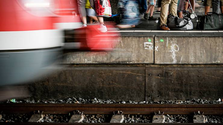 Nach einer tödlichen Attacke auf wartende Passagiere auf einem Bahnperron in Frankfurt diskutieren deutsche Politiker über Sicherheitsmassnahmen an Bahnhöfen. (Symbolbild)