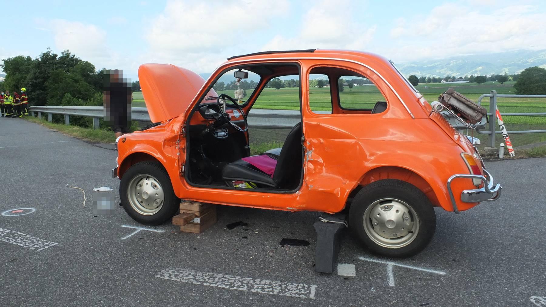 Der alte Fiat 500 wurde beim Aufprall arg beschädigt.