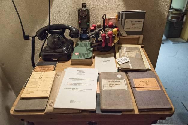 Hier befand sich einst das Büro des Kommandanten. Die Dienstbücher, Stempel und das Telefon sind allesamt Originale.