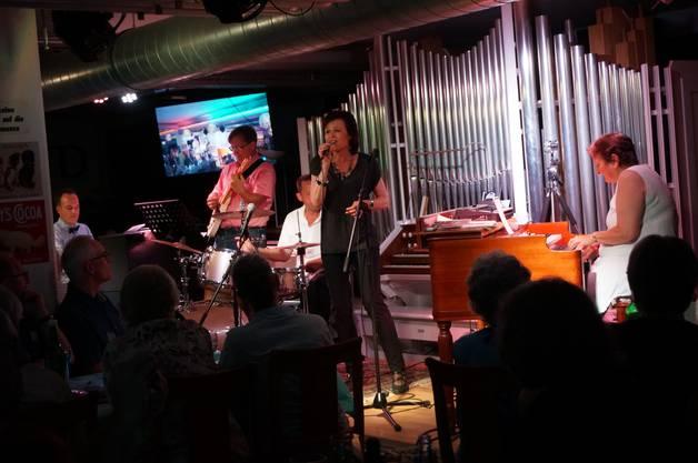 Sängerin Regi Sager ist auch SRF1-Radiomoderatorin. Hier singt sie mit dem Quartett It dont mean a thing.