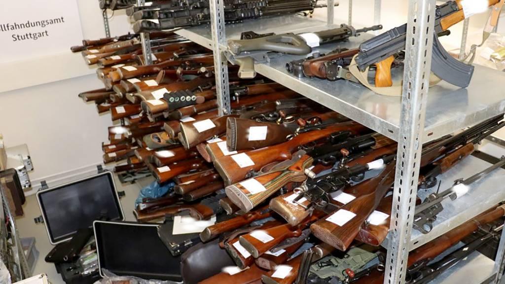 HANDOUT - Ein Waffenarsenal mit 270 Waffen liegt in einer Kammer beim Zollfahndungsamt. Foto: Zollfahndungsamt Stuttgart/dpa - ACHTUNG: Nur zur redaktionellen Verwendung im Zusammenhang mit der aktuellen Berichterstattung und nur mit vollständiger Nennung des vorstehenden Credits