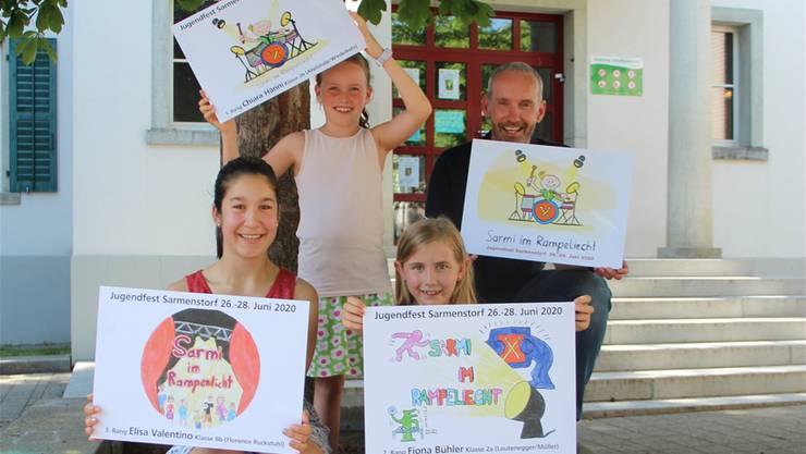 Elisa, Siegerin Chiara, Fiona und Marco Lüthi (von links) mit den Finalbildern.