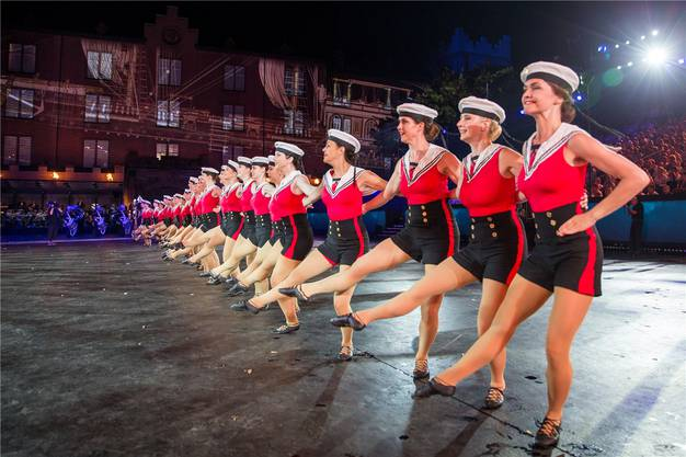 Die «Canadian Celtic Highland Dancers» präsentierten sich während ihres Auftritts mit der «Band of HM Royal Marines» in MatrosinnenOutfits.