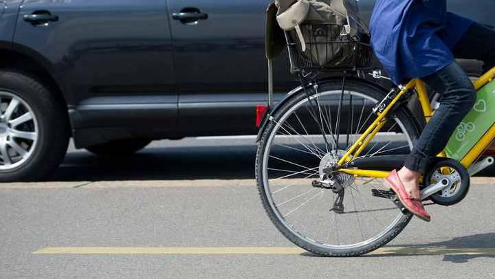 Im Kreisverkehr an der Baselerstrasse in Brugg wurde eine Velofahrerin von einem Auto gestreift. (Symbolbild)