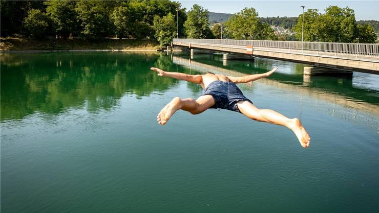 Sprung in die Aare ist voll im Trend – Noch nie haben so viele Menschen im Fluss ob Aarau Abkühlung gesucht.