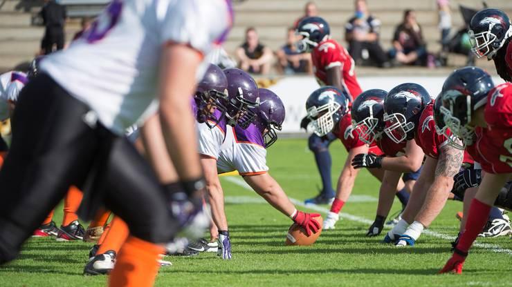 Gladiators (links) im Duell mit den Calanda Broncos um den Swiss Bowl.