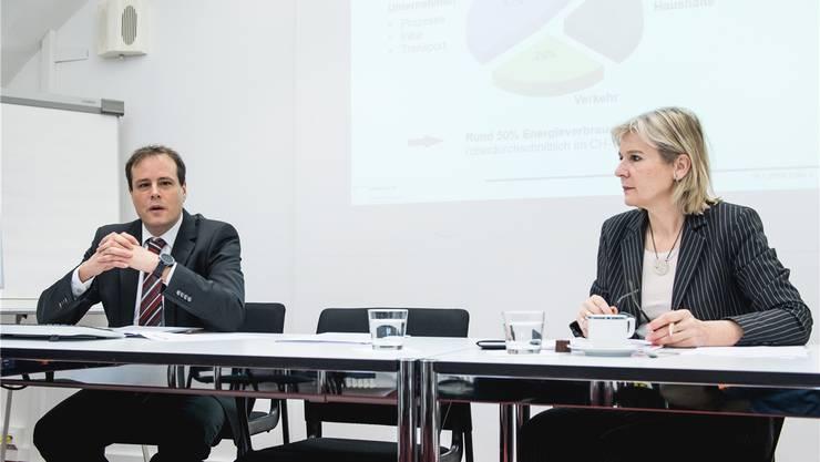 Regierungsrätin Brigit Wyss und Urban Biffiger von der Energiefachstelle suchen energieeffiziente KMU.