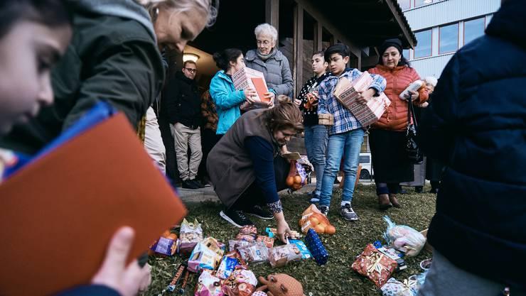 Anni Lanz verteilt Geschenke.