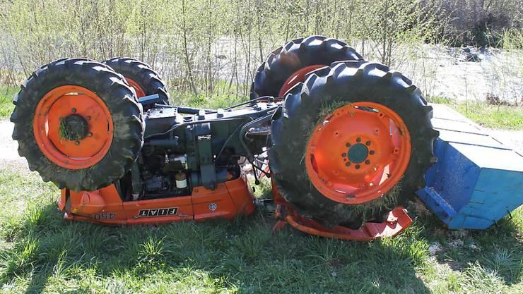 Der Traktor blieb nach dem Unfall mit den Rädern nach oben liegen.
