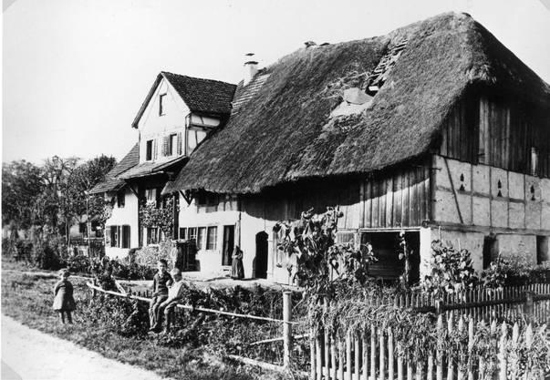 «Ein altes Haus an der Söigass» lautet der Archiveintrag zu diesem Foto. Die Aufnahme des Gebäudes an der Kirchstrasse 7 dürfte um das Jahr 1880 entstanden sein. Sie ist damit eine der ältesten, die in der Sammlung des Ortsmuseums zu finden ist. Dietikon war zu jener Zeit noch ein Bauerndorf und zählte lediglich 1687 Einwohner. Der Gemeinderat bestand damals noch aus fünf Mitgliedern.