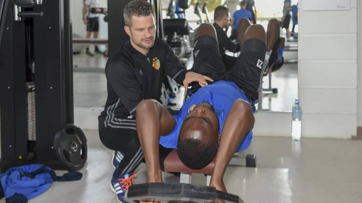 Physio Nicolas Unternäher kontrolliert Eder Balantas Haltung beim Training.