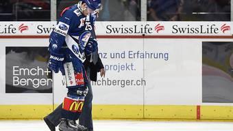 Roger Karrer von den ZSC Lions musste am Sonntag gegen Fribourg-Gottéron schon nach wenigen Minuten vom Eis geführt werden
