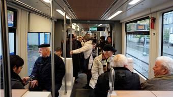 Das erste Flexity-Tram fuhr heute auf den Schienen durch die Stadt.