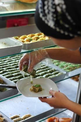 Dilek Celik serviert in aller Ruhe ihren Kunden feine Baklava. An Bayram wird es für die Inhaberin ein bisschen hektischer sein.