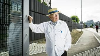 FDP-Einwohnerrat Jürg Haller nervt sich über die Lärmschutzwand am Westeingang der Stadt Lenzburg.