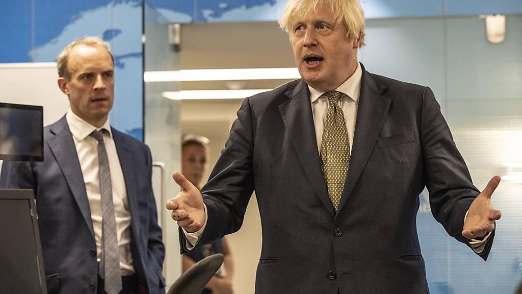 Boris Johnson, Premierminister von Großbritannien, bei einem Besuch im Krisenzentrum des Amtes für Auswärtige Angelegenheiten. Foto: Jeff Gilbert/Daily Telegraph/PA Wire/dpa - ACHTUNG: Nur zur redaktionellen Verwendung und nur mit vollständiger Nennung des vorstehenden Credits